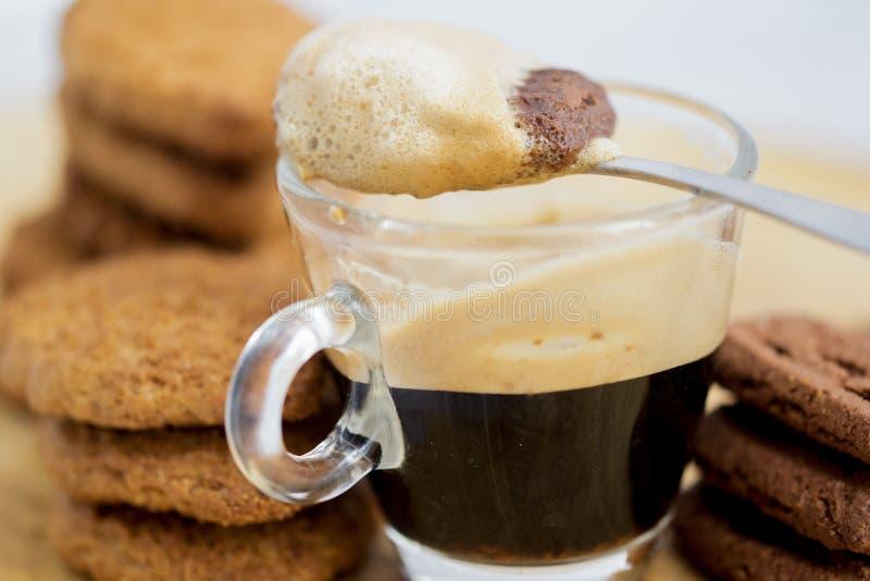 Печенье выдержанное в кофе эспрессо стоковое изображение rf