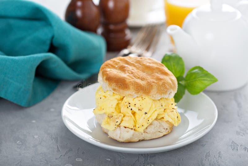 Печенье завтрака с мягкими взбитыми яйцами стоковая фотография