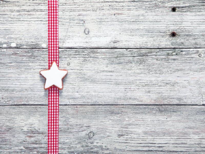 Печенье звезды рождества и праздничная тесемка стоковые изображения