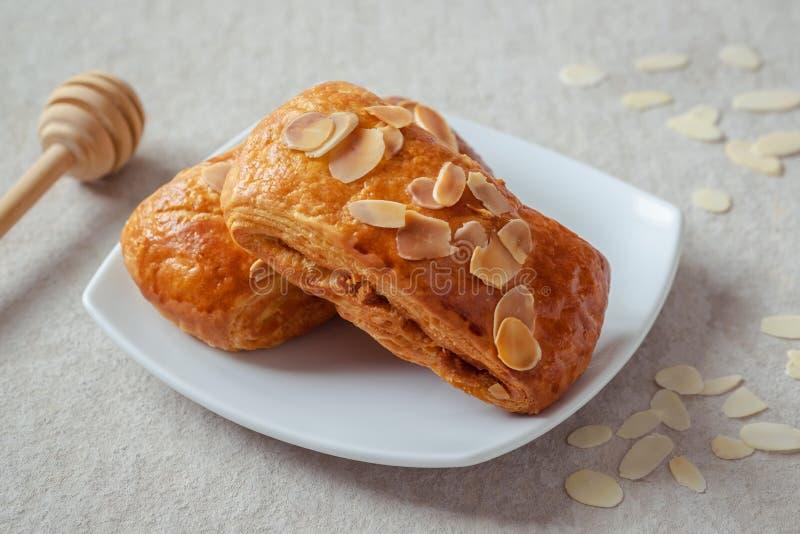 Печенье миндалины датское на белой плите стоковые фото