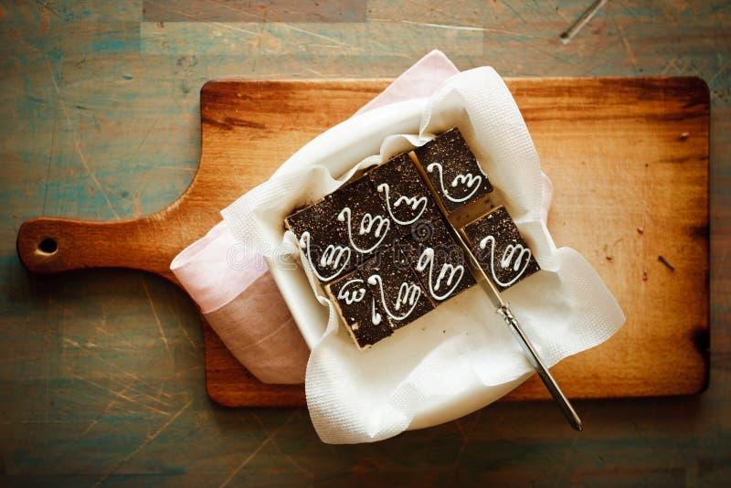 Печенье на доске на голубой предпосылке стоковые фото