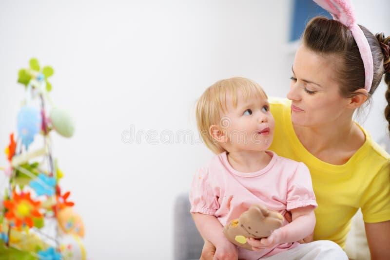 печенье пасха младенца есть кролика мати стоковые изображения rf