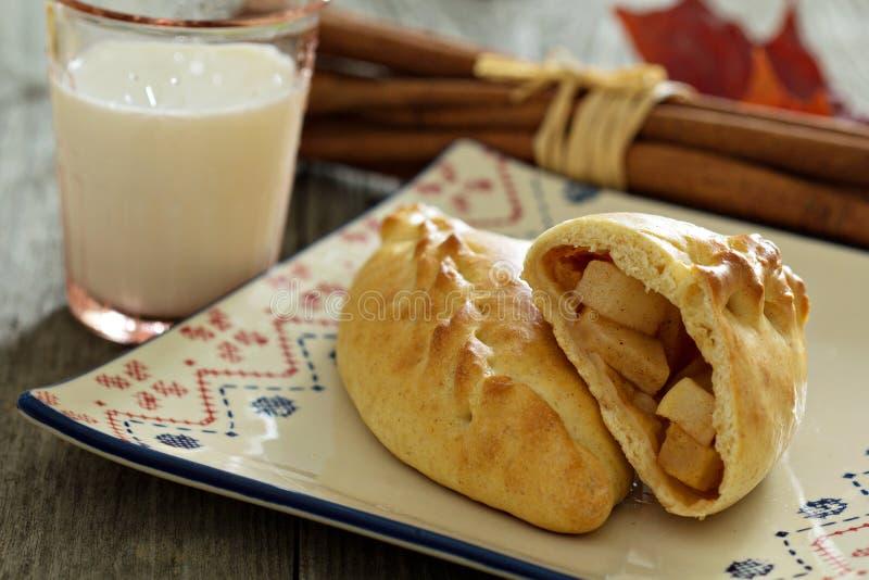 Печенье дрожжей с яблоками (pirogi) стоковое фото rf