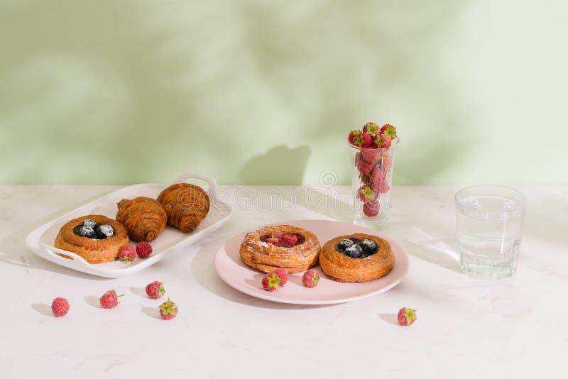 Печенье романтичного тропического завтрака датское, кофе, сок r стоковое изображение