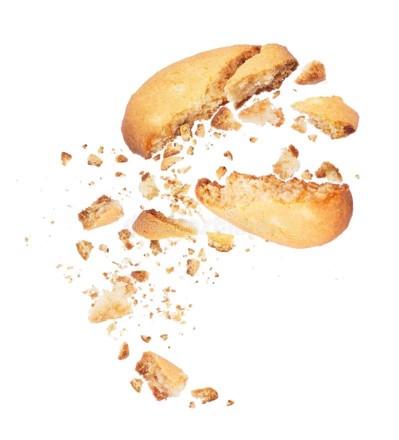 Печенье сломанное в 2 половины с падать crumbs вниз стоковая фотография