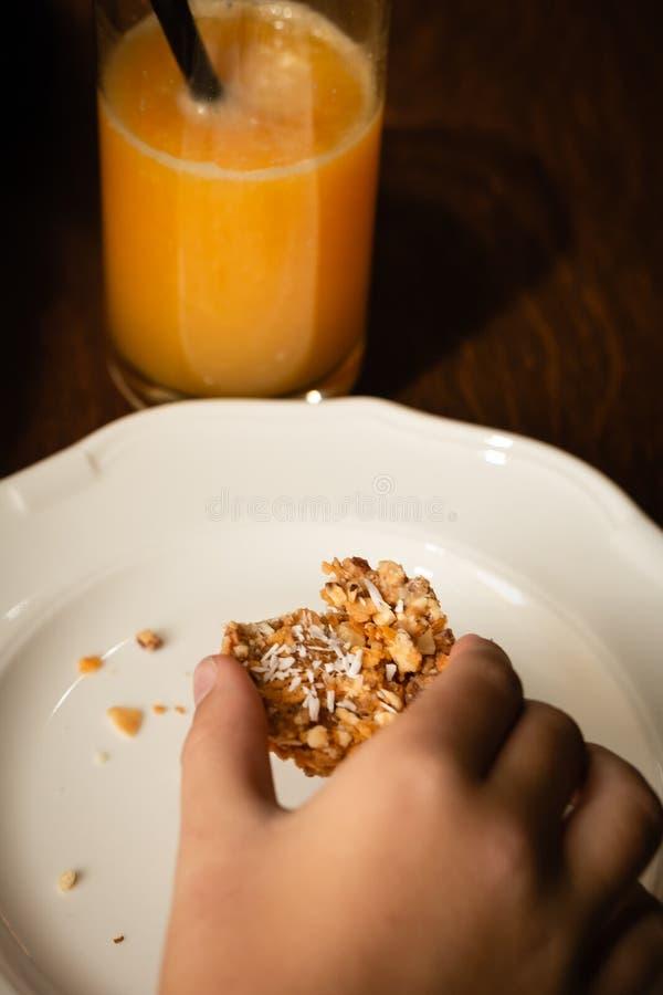 Печенье с изображением овсян в ручке На белой тарелке с крошками стоковая фотография