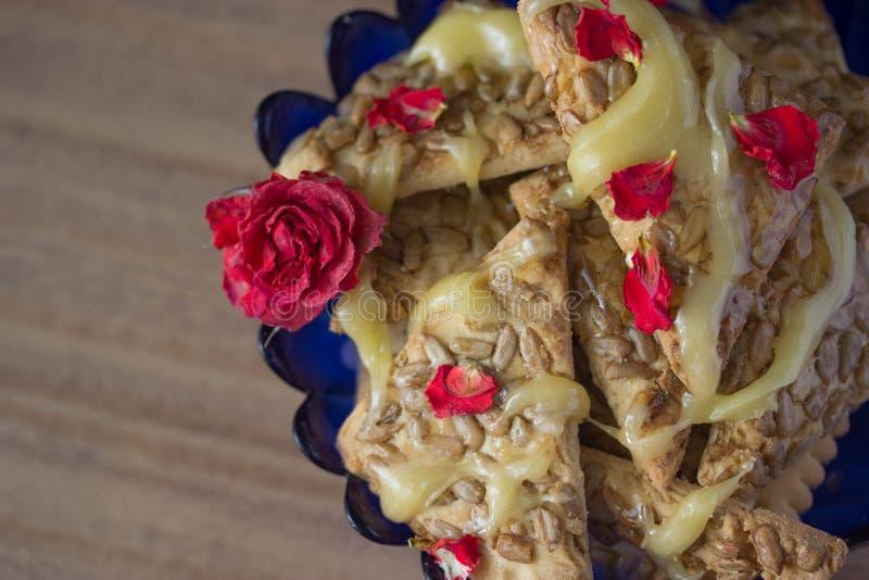 Печенье с медом и цветками стоковые изображения