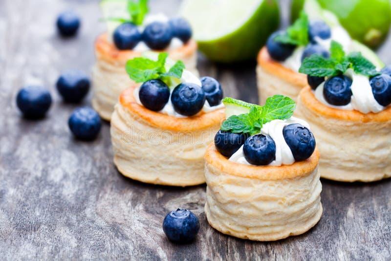 Печенье слойки заполненное с мягкими плавленым сыром и голубикой с l стоковые изображения