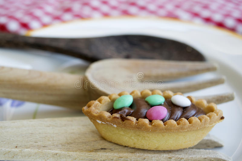 Печенье шоколада с покрашенными засахаренными миндалинами стоковое изображение