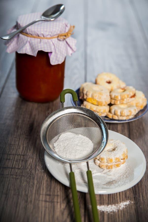 Печенье Canestrelli на деревянной таблице стоковые изображения rf