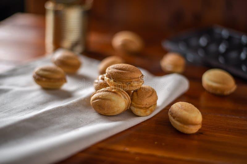 Печенья в форме гайки с кипеть сконденсированным молоком стоковые изображения