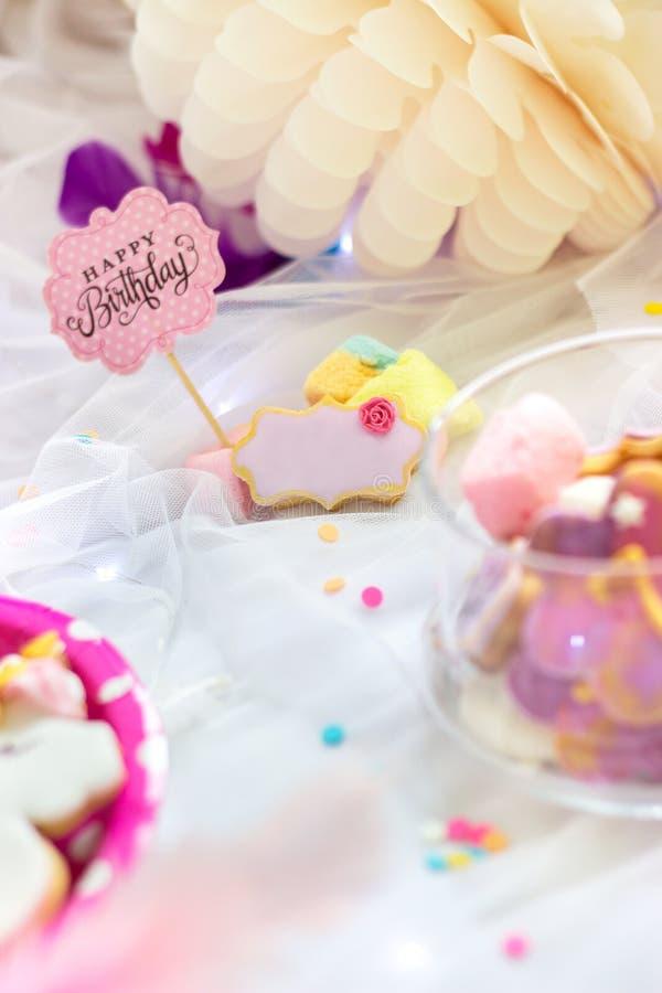 Печенья дня рождения - деталь таблицы десерта - красочные печенья с розовым экстраклассом дня рождения стоковое фото