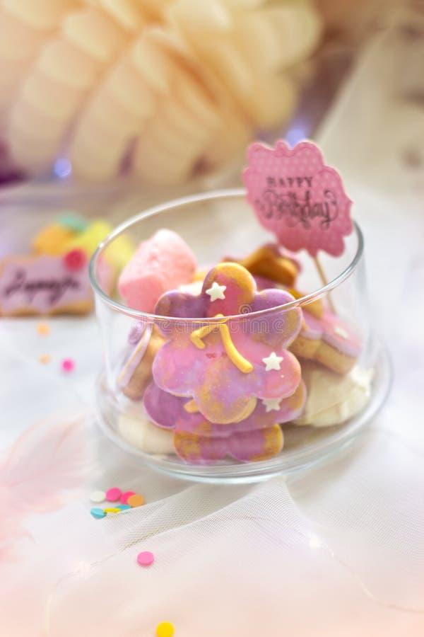 Печенья дня рождения - деталь таблицы десерта - красочные печенья с 7 стоковая фотография