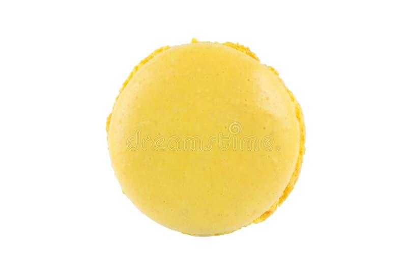 Печенья желтого цвета Macaron, на белой предпосылке стоковые изображения rf
