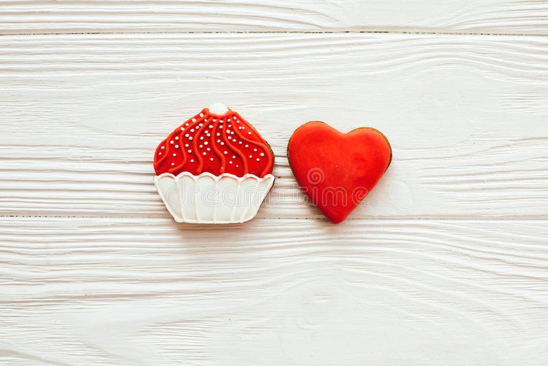 Печенья замороженности пирожного и сердца на белой древесине, плоско кладут с космосом для текста Очень вкусные помадки Счастливы стоковая фотография