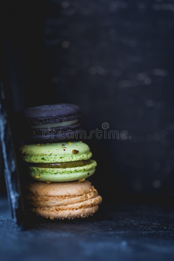 Печенья изюминки овсяной каши на старом листе печений стоковое изображение rf