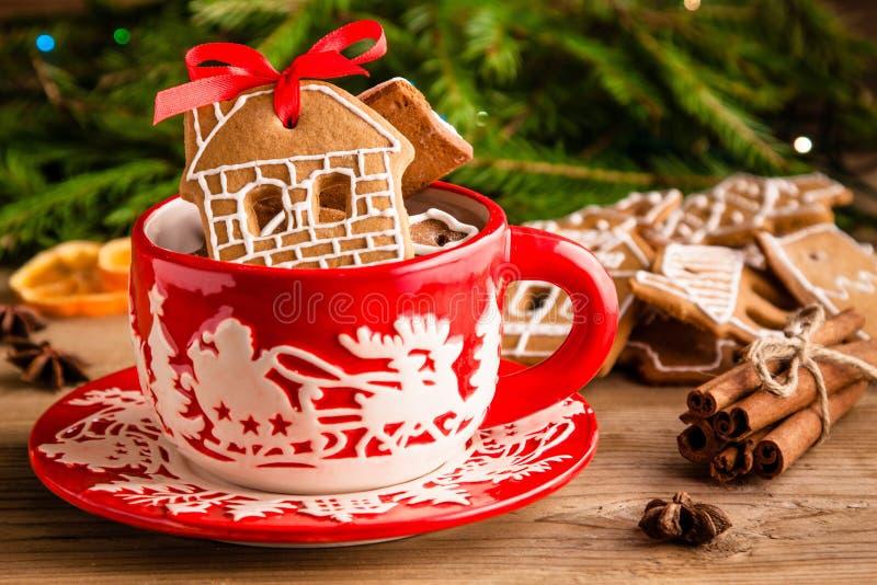 Печенья имбиря рождества в красной кружке стоковое фото