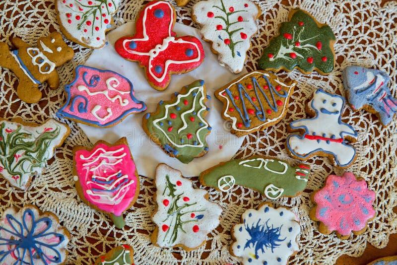 Download Печенья имбиря рождества на Doily Стоковое Изображение - изображение насчитывающей конструкция, имбирь: 37925059