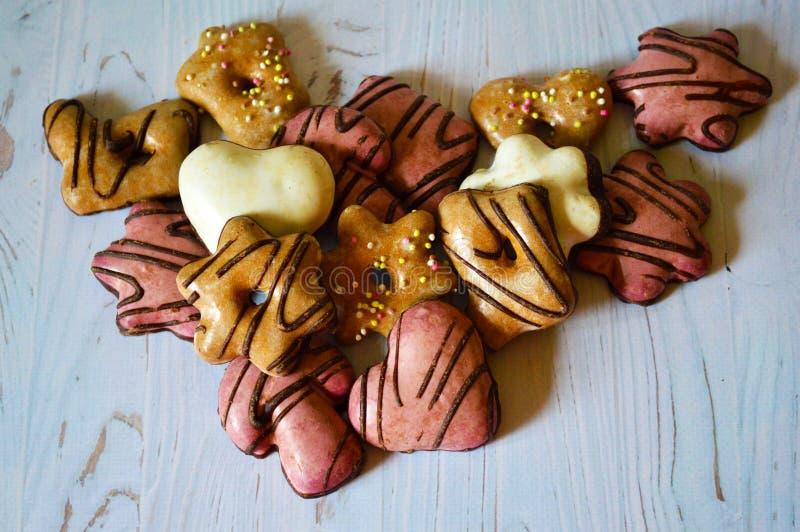 Печенья имбиря с поливой сахара на белой деревянной предпосылке стоковое изображение