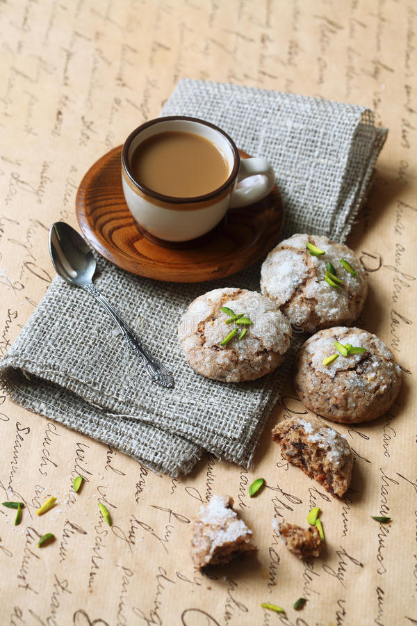 Печенья имбиря с фисташками и миндалинами стоковые изображения rf