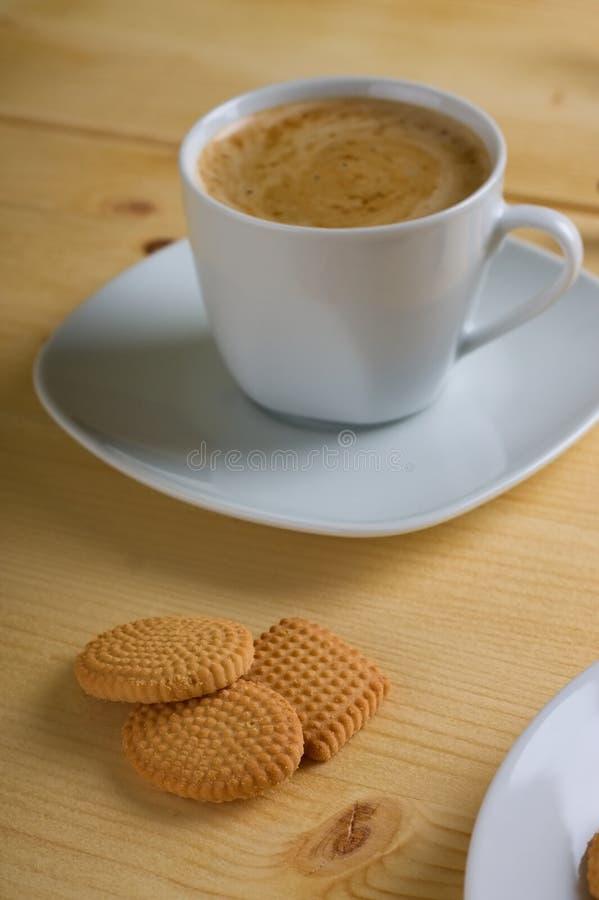 3 печенья лимона перед сметанообразным кофе стоковое фото