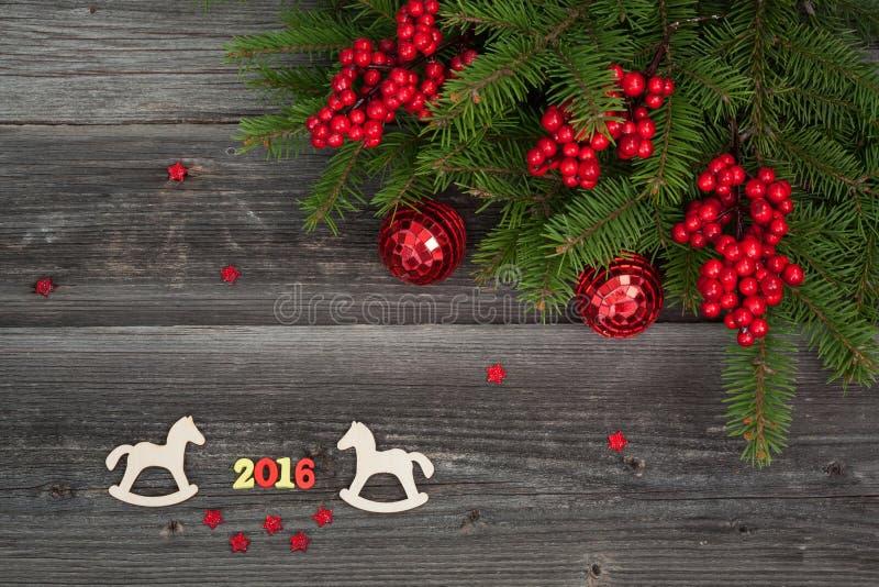 Печенья и ель рождества на деревянной предпосылке стоковое фото