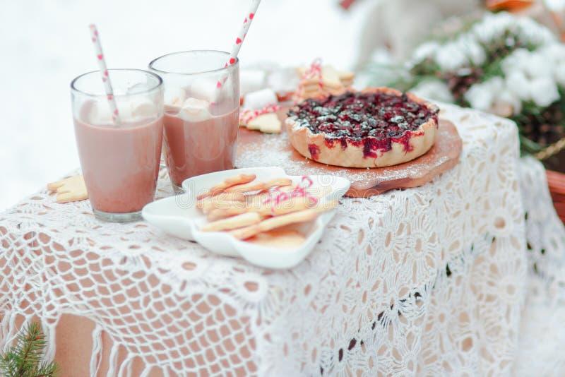 Печенья и зефиры пирога ягоды десерта рождества традиционные в какао выпивают стоковые фото