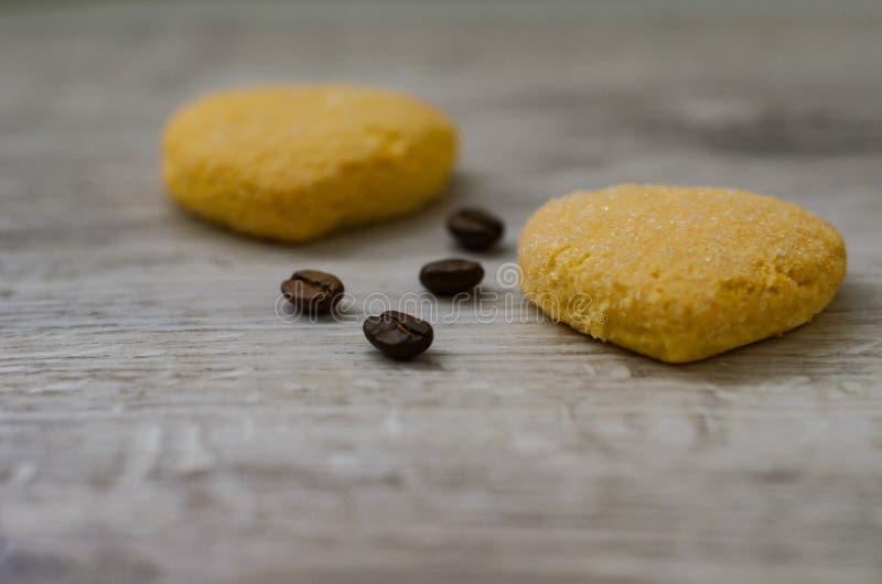 Печенья и кофейные зерна стоковое изображение