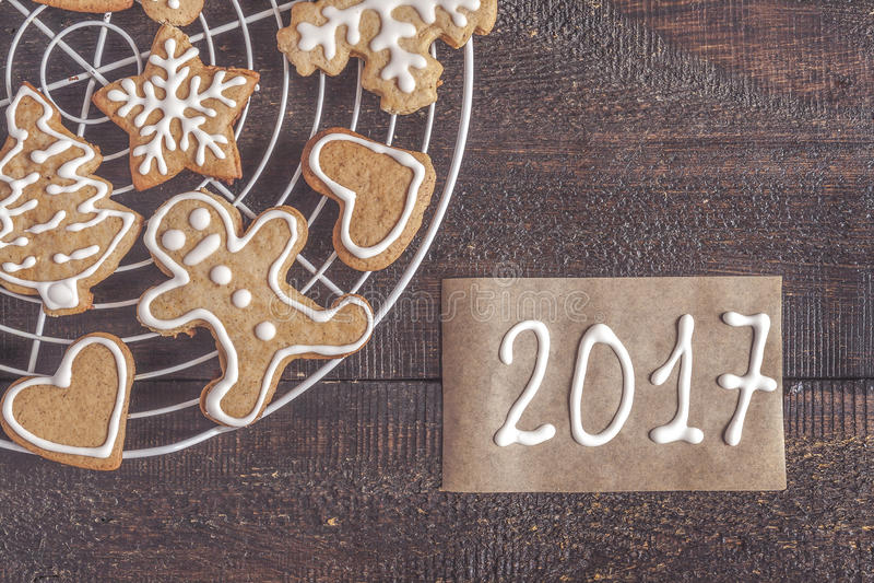 Печенья и надпись пряника рождества на темном backgrou стоковые изображения rf