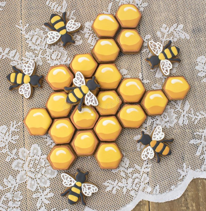 Печенья и пчелы сота на деревянном столе стоковое изображение rf