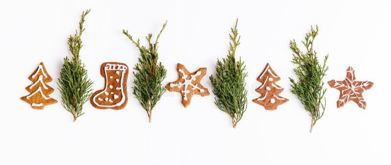 Печенья и рождественская елка пряника рождества домодельные на белой таблице вектор иллюстрации рождества eps10 знамени стоковые фотографии rf