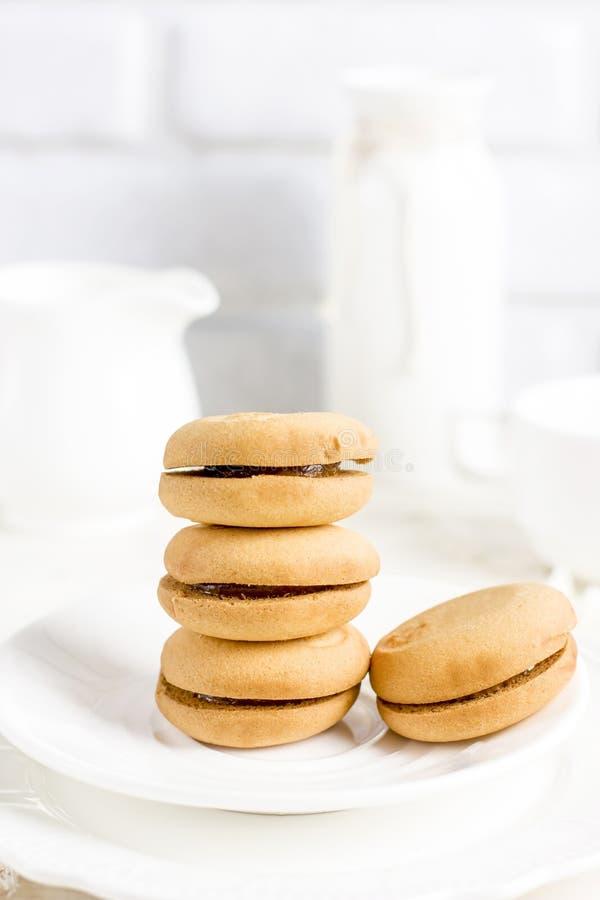 Печенья масла в белой плите на светлой предпосылке стоковое фото rf