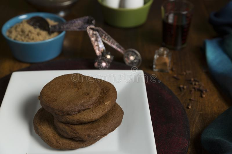 Печенья мелассы с ингридиентами стоковая фотография