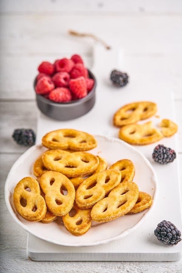 Печенья на деревянном столе стоковая фотография