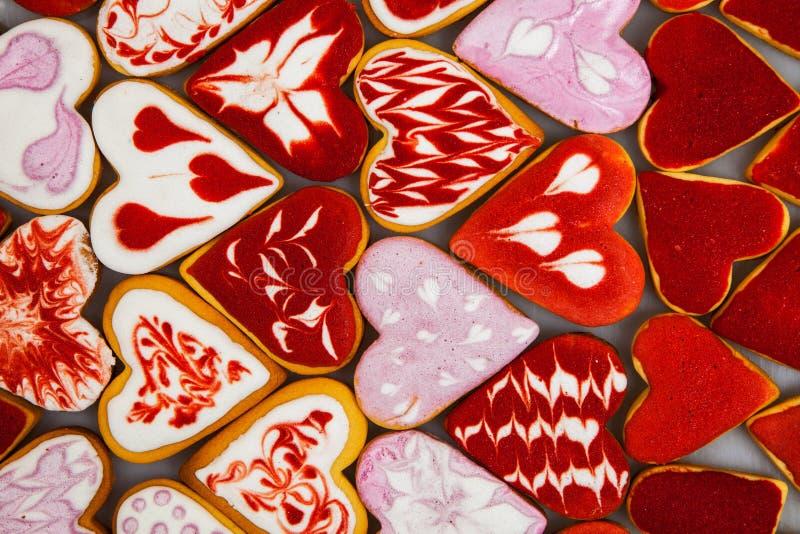 Печенья дня ` s Валентайн Сердце сформировало печенья на день ` s валентинки Печенья красного и розового сердца форменные Предпос стоковое изображение