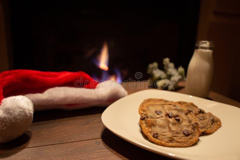Печенья обломока молока и шоколада ждать santa с камином стоковое изображение rf