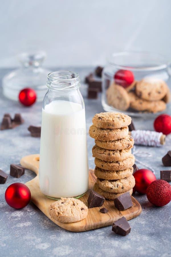 Печенья окруженные с красными безделушками стоковая фотография