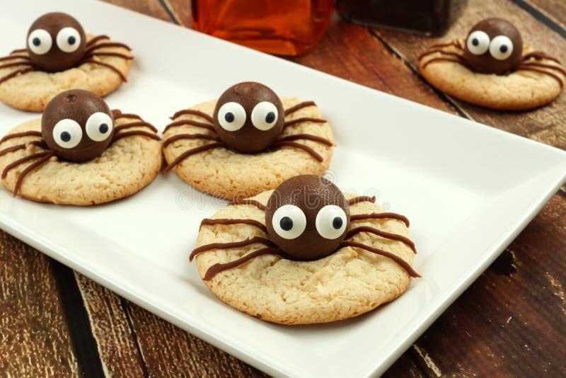 Печенья паука хеллоуина шоколада на белой плите стоковое фото rf
