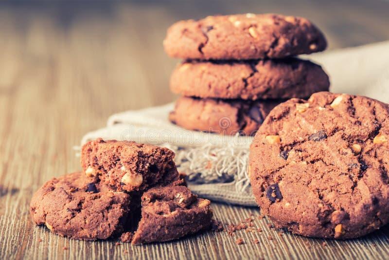 Печенья печенья шоколада Печенья шоколада на белой linen салфетке на деревянном столе стоковое изображение rf