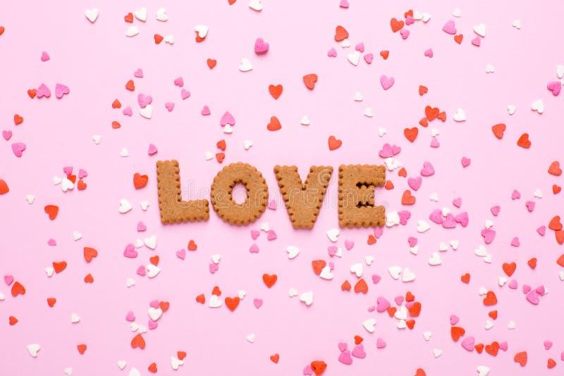 Печенья писем я тебя люблю с пинком и красными сердцами на розовой предпосылке стоковое фото