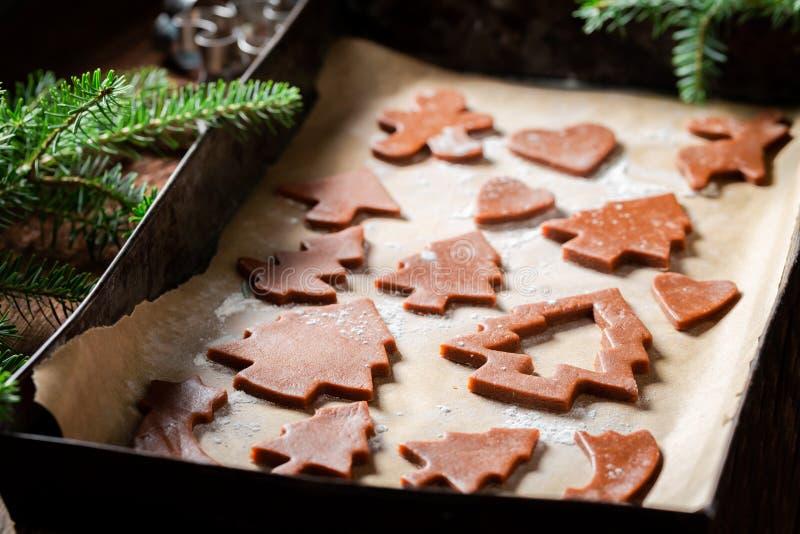 Печенья пряника вырезывания для рождества на подносе выпечки стоковое фото