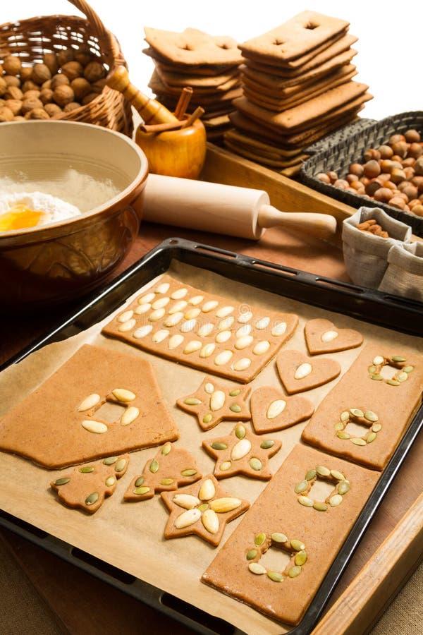 Печенья пряника домодельные готовые для печь стоковые изображения