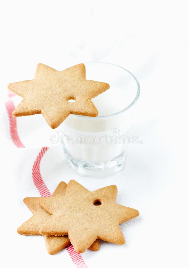 Печенья пряника и стекло молока время конца рождества предпосылки красное вверх стоковое фото rf
