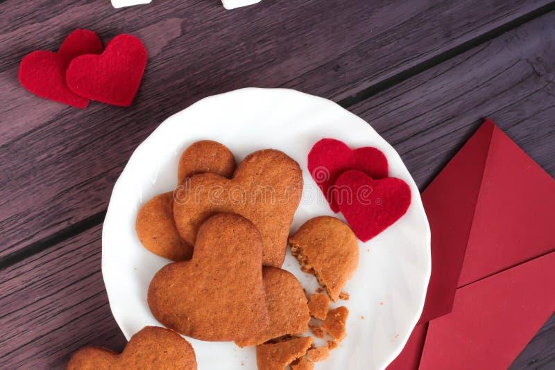 Печенья пряника, красный день валентинок конверта стоковое изображение