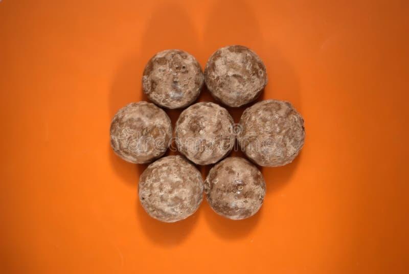 Печенья пряника на оранжевой предпосылке Пряник на взгляде столешницы стоковое изображение