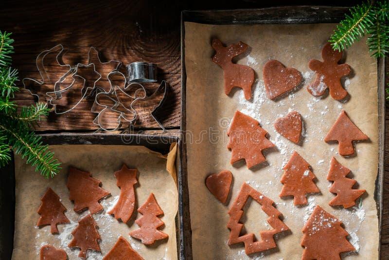 Печенья пряника рождества вырезывания на подносе выпечки стоковые фотографии rf