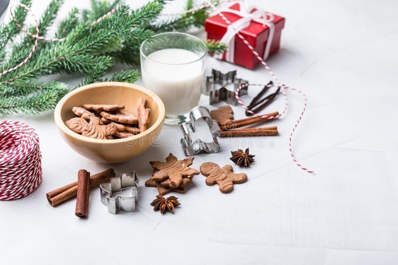 Печенья пряника рождества со стеклом молока стоковая фотография rf