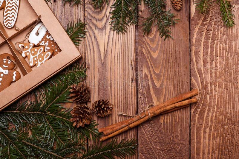 Печенья пряника рождества традиционные счастливое Новый Год рождество веселое Рождественская открытка с ветвями и печеньями ели э стоковое изображение rf