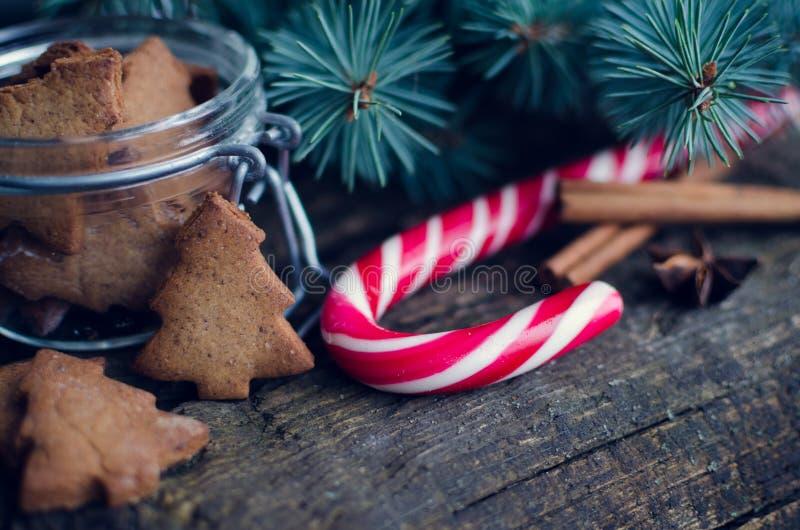 Печенья пряника рождества домодельные на деревянном столе стоковая фотография rf