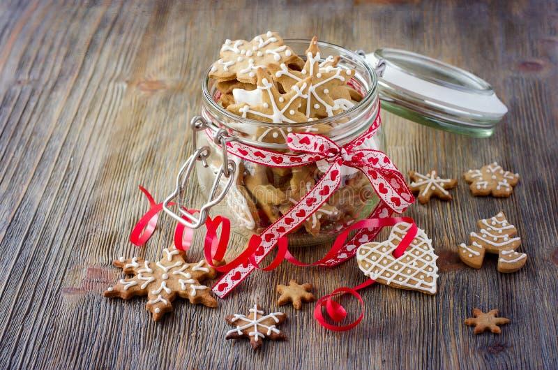 Печенья пряника рождества, праздничное деревенское украшение таблицы стоковое изображение rf